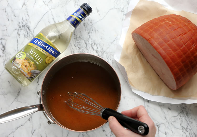 Make the glazed ham glaze with peaches, honey and wine with thyme